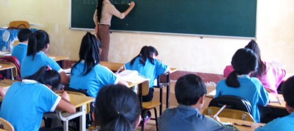 HÍc sinh lÛp 6A3 (Tr°Ýng THCS inh Tiên Hoàng, thË xã Buôn HÓ, k Lk) ang chép bài theo cô giáo, thay vì th£o lun nhóm và tñ °a ra áp án nh° ß tiÃu hÍc. ¢nh: HuyÁn Trang
